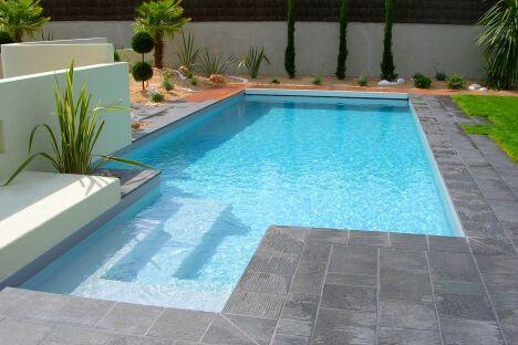"""La piscine design se distingue grâce aux découpes franches<span class=""""normal italic petit"""">© L'Esprit Piscine</span>"""