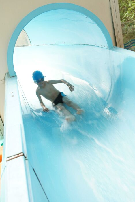 La piscine du parc Aquavert à Francheville possède des toboggans aquatiques.