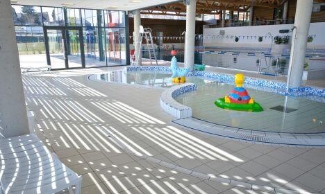 """La piscine et la pataugeoire du centre aqua récréatif à Egletons<span class=""""normal italic petit"""">© Centre aqua récréatif d'Egletons</span>"""