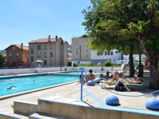 La piscine Gratenas de Privas offre la possibilité de se détendre sur un solarium.