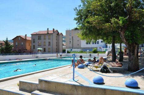 """La piscine Gratenas de Privas offre la possibilité de se détendre sur un solarium.<span class=""""normal italic petit"""">DR</span>"""