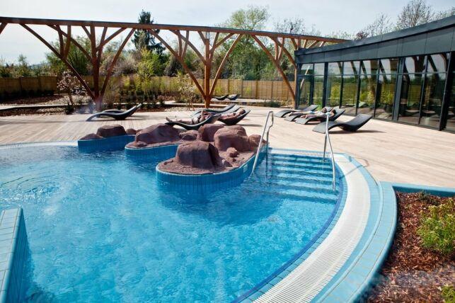 La piscine l'O à Obernai, son bassin extérieur et son solarium moderne.