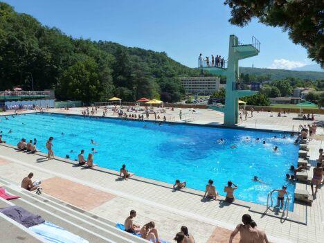 """La piscine municipale d'Eybens possède des plongeoirs, un grand toboggan et un solarium.<span class=""""normal italic petit"""">© ville d'Eybens</span>"""