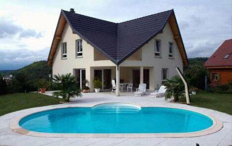 """La piscine ovale Olivia adoucit les découpes franches des architectures modernes.<span class=""""normal italic petit"""">© Waterair</span>"""