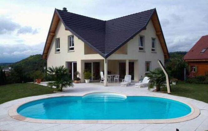 La piscine ovale Olivia adoucit les découpes franches des architectures modernes. © Waterair