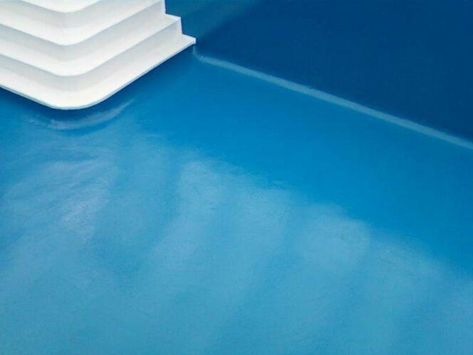 "La pose du revêtement de piscine<span class=""normal italic petit"">© Europool</span>"