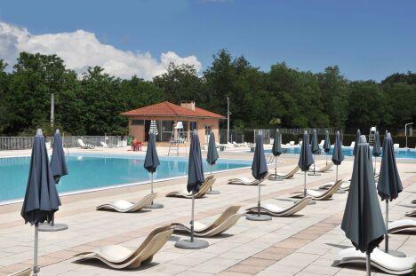 La solarium de la piscine à Charbonnières les Bains