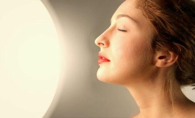 """La lampe à UV pour le visage vous assure un teint hâlé toute l'année. Attention cependant à ne pas en abuser pour la santé de votre peau.<span class=""""normal italic petit"""">© olly - Fotolia.com</span>"""