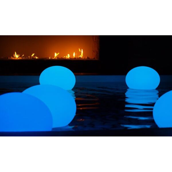 une lampe flottante dans votre piscine adoptez l clairage design. Black Bedroom Furniture Sets. Home Design Ideas