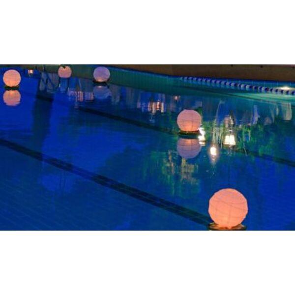 Les lampes flottantes une id e originale pour embellir for Construction piscine originale