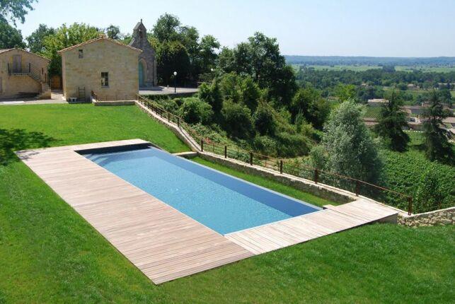 Le bac tampon est le bassin qui recueille l'eau excédentaire d'une piscine à débordement.