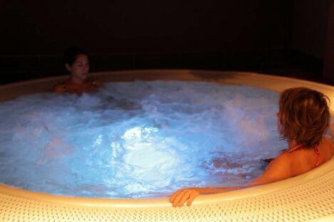 """Le bain bouillonnant au spa Instant à soi à Meylan<span class=""""normal italic petit"""">DR</span>"""
