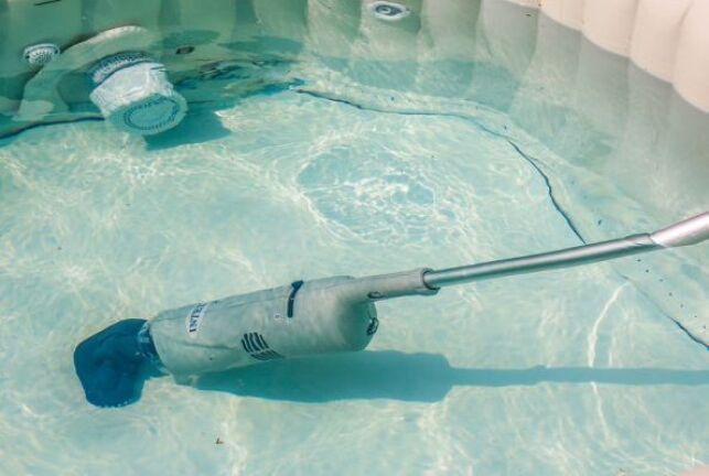 Le balai aspirateur pour votre spa : électrique ou à batterie