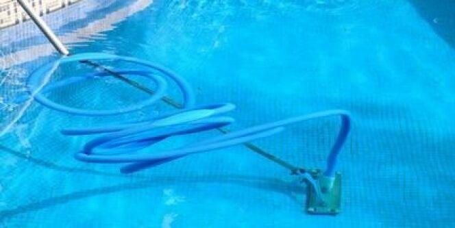 "Le balai de piscine à effet venturi<span class=""normal italic petit"">© arenaphotouk - Fotolia.com</span>"