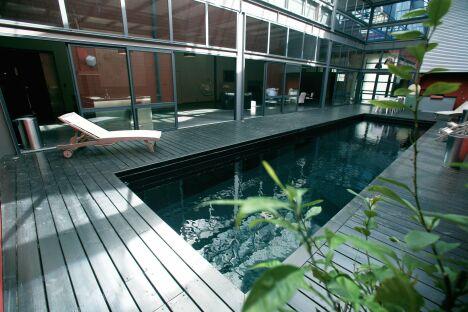 """Le bassin intérieur met en valeur ce mélange d'acier et de verre<span class=""""normal italic petit"""">© L'Esprit Piscine</span>"""