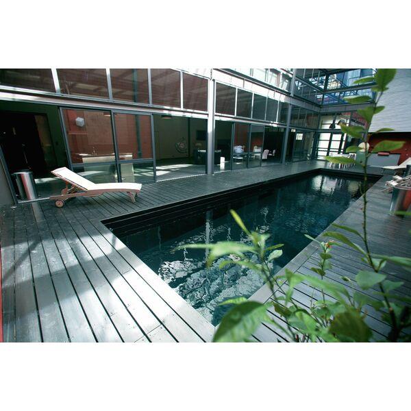 La piscine design par l 39 esprit piscine for Piscine bois interieur