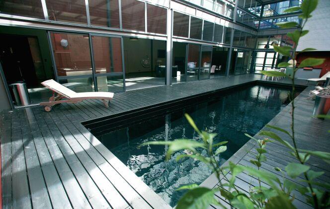 Le bassin intérieur met en valeur ce mélange d'acier et de verre © L'Esprit Piscine