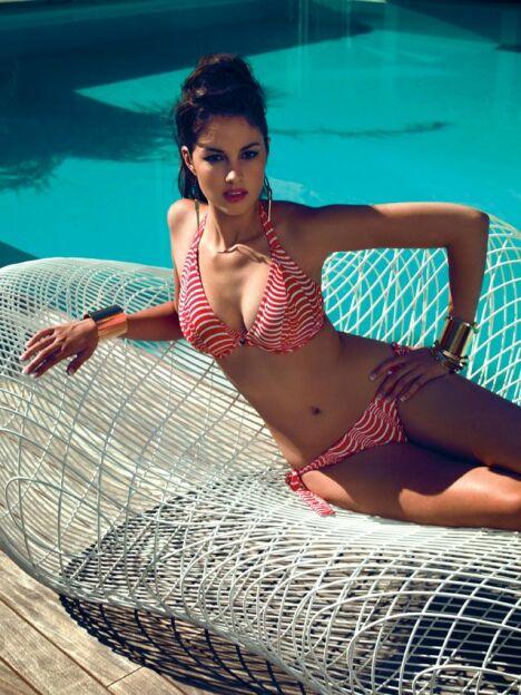 """Le bikini rouge et blanc au décolleté plongeant par Freya pour l'été 2013.<span class=""""normal italic petit"""">© Freya</span>"""