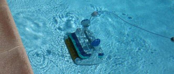 """Le branchement d'un robot de piscine<span class=""""normal italic petit"""">© L.Bouvier - Fotolia.com</span>"""