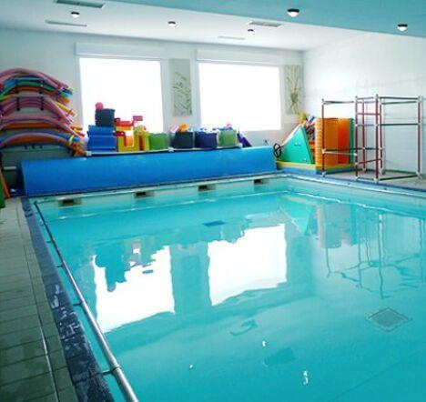 La piscine du Brin d'eau est équipée de toutes sortes d'accessoires pour les loisirs et l'apprentissage.