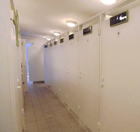 """Les vestiaires de la piscine privée le Brin d'eau.<span class=""""normal italic petit"""">DR</span>"""