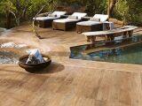 Le carrelage imitation bois : une alternative au bois véritable pour votre plage de piscine