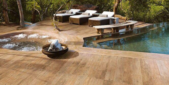 """Le carrelage imitation bois : une alternative au bois véritable pour votre plage de piscine<span class=""""normal italic petit"""">© Aubade</span>"""