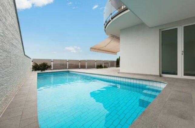 Une terrasse de piscine en carrelage est très facile à nettoyer.