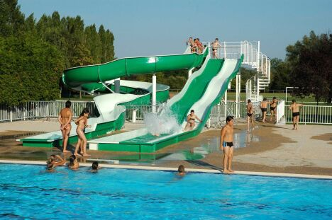 """Le centre aquatique du Tournugeois à Tournus possède un toboggan.<span class=""""normal italic petit"""">DR</span>"""