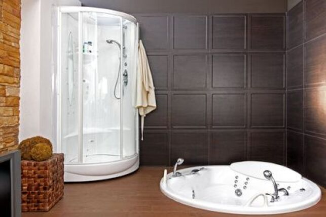 Le combiné douche jacuzzi permet de se laver ou de profiter d'une séance de relaxation grâce aux jets d'hydromassage.
