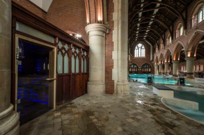 Le confessionnal transformé en sauna et l'autel en douches