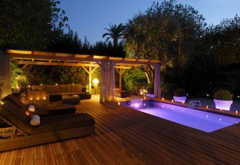 """Le couloir de nage Iki éclairé sur terrasse en bois par Piscinelle<span class=""""normal italic petit"""">© piscinelle.com</span>"""