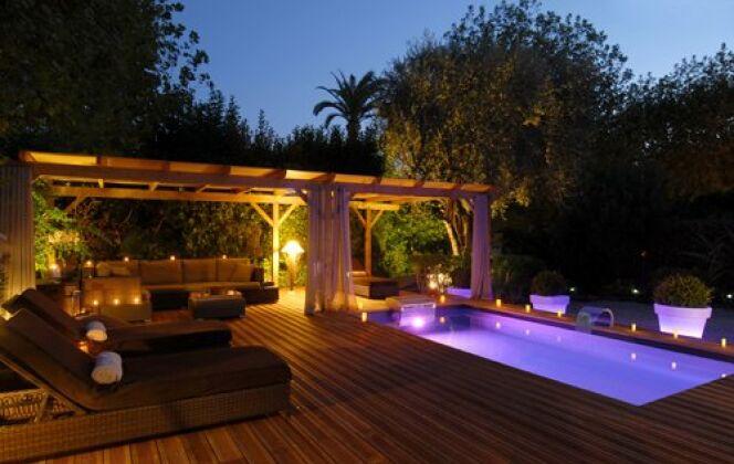 Le couloir de nage Iki éclairé sur terrasse en bois par Piscinelle © piscinelle.com