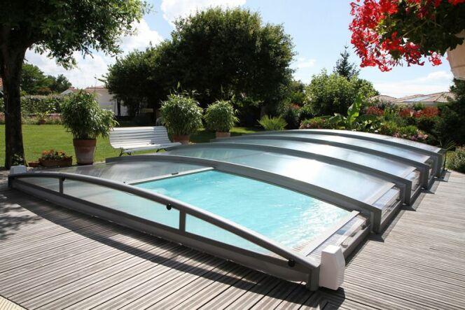 """Le coût d'un abri de piscine varie en fonction de son modèle et de ses matériaux.<span class=""""normal italic petit"""">© Azenco</span>"""