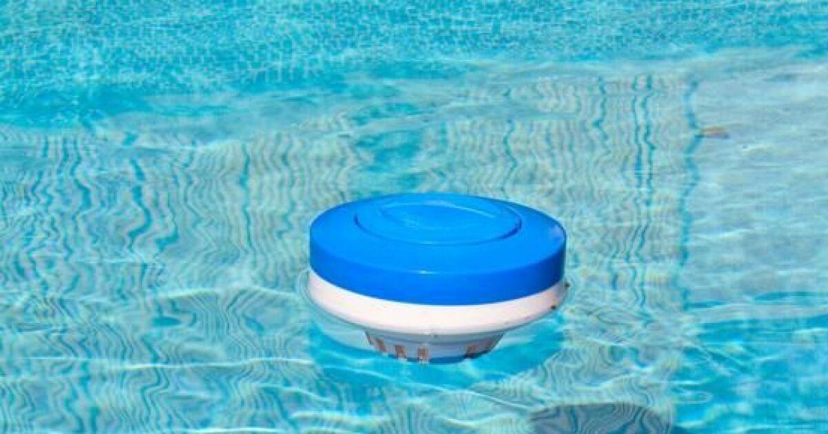 Le doseur flottant pour diffuser les produits de for Pastille chlore piscine
