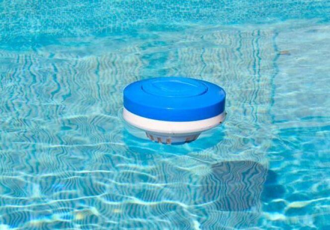 "Un doseur flottant au milieu d'une piscine<span class=""normal italic petit"">© John Takai - Fotolia.com</span>"