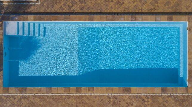 Le fond de piscine à pente composée