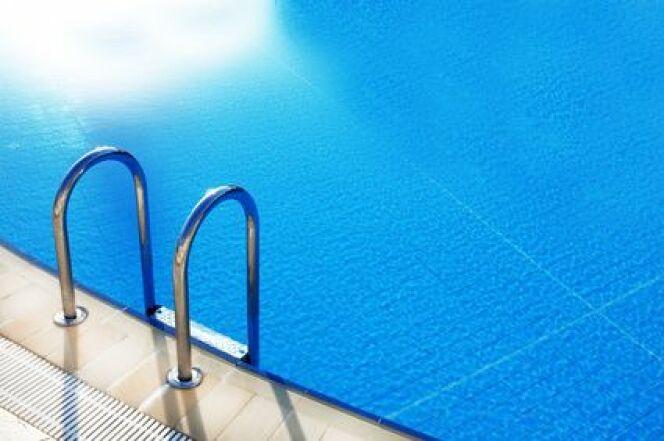 """Le fond de piscine curve est particulièrement adapté à une utilisation familiale de la piscine.<span class=""""normal italic petit"""">© Africa Studio - Fotolia.com</span>"""