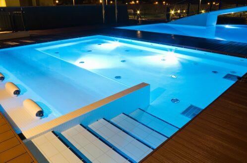 Le fond de votre piscine : plat, incliné ou en escalier