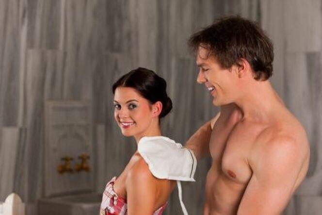 Le gommage au savon noir s'effectue avec un gant Kessa pour enlever toutes les peaux mortes.
