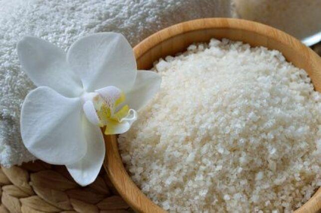 Le gommage au sel est un soin exfoliant 100% naturel
