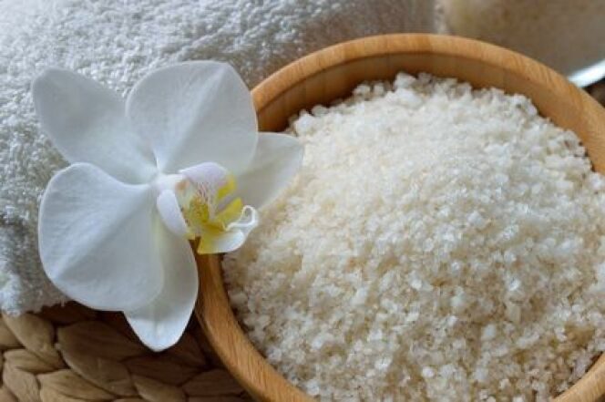 "Le gommage au sel est un soin exfoliant 100% naturel<span class=""normal italic petit"">© geografika - Fotolia.com</span>"