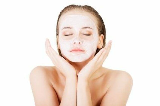 Le gommage enzymatique s'applique comme un masque et convient aux peaux sensibles.