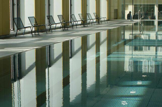 Le grand bassin couvert de la piscine Alfred Nakache à Paris (20e)