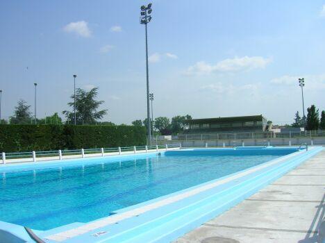 Le grand bassin de la piscine à Grenade.