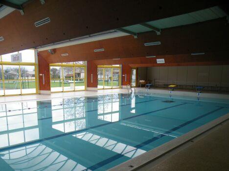 Le grand bassin de natation à la piscine Caneton d'Ambès.