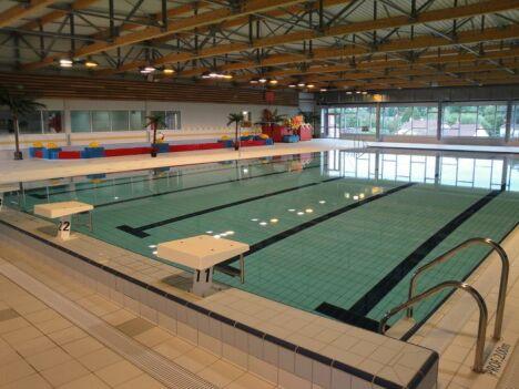 """Le grand bassin de natation couvert de la piscine à Dompierre sur Besbre<span class=""""normal italic petit"""">DR</span>"""