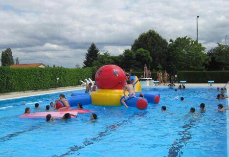 Le grand bassin de natation découvert de la piscine Aquadel à Mauléon.