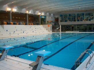 Le grand bassin de natation et les gradins de la piscine Aquapol à Montrouge