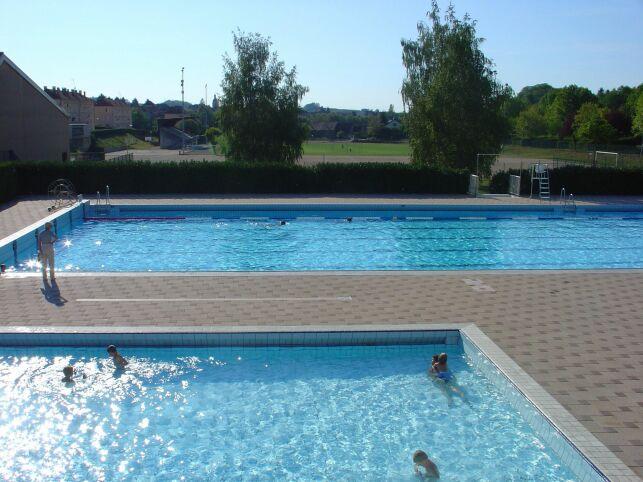 Le grand bassin et le bassin ludique de la piscine d'Arbois